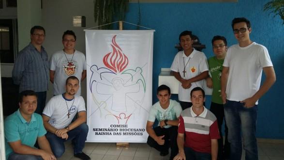 Padre Evaldo ao fundo no canto esquerdo, com seminaristas da equipe do COMISE.