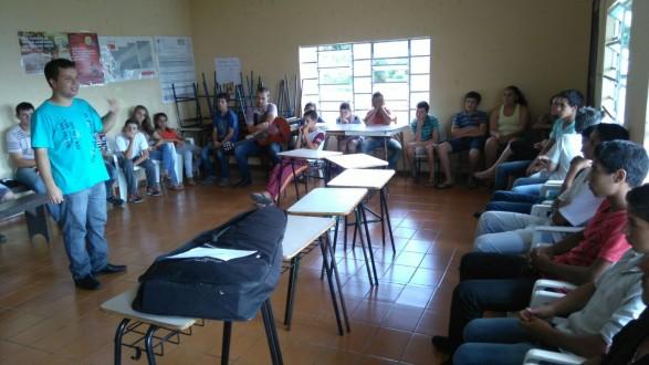 Seminarista Ronaldo Rodrigues, no encontro com os jovens da comunidade.