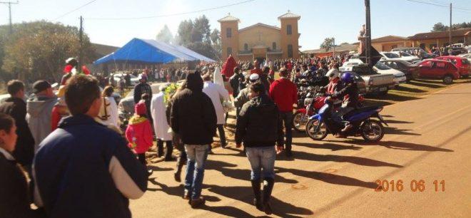 Procissão com o padroeiro Santo Antônio e os padroeiros das comunidades, chegando na igreja matriz para a missa.
