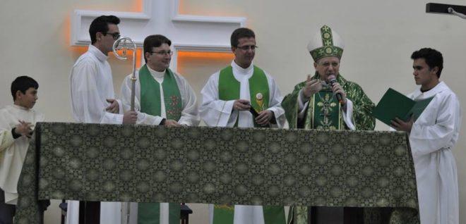 Dom Agenor; pe. Fabiano (à esquerda); pe. João Ari, (canto esquerdo); seminaristas Alex e Jean (segurando o missal).