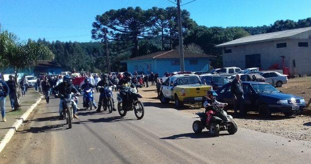 Motoqueiros vindo à frente do Padroeiro.