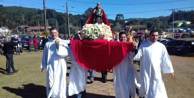 À direita o seminarista Claudemir carregando o andor e logo atrás o pároco Padre Mauro.