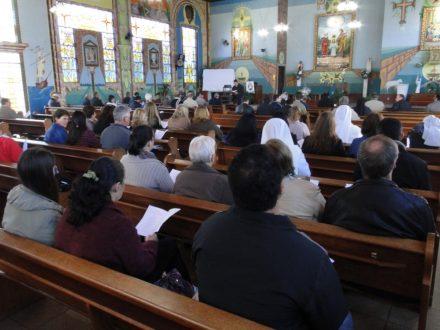 Clero e, religiosas e coordenadoras da catequese, recitando as Laudes.