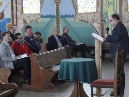 Dom Agenor, e padres, atentos à colocação do tema.