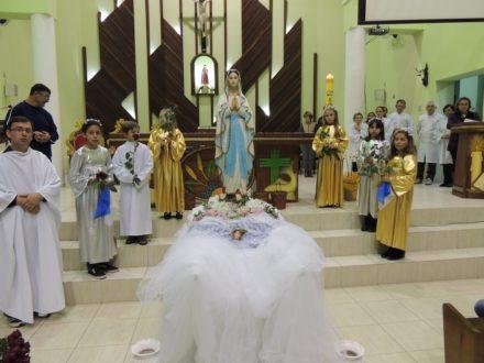 Momento de homenagens à Maria, pelas crianças.