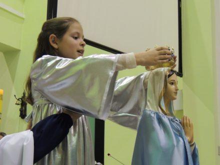 Catequizanda coroando Nossa Senhora.