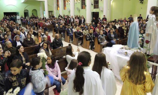 Paroquianos na Matriz Senhor Bom Jesus, acompanhando atentos à 'Coroação'.
