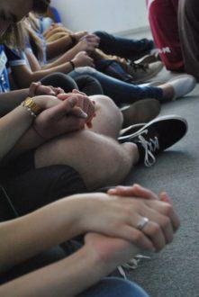 Adolescentes orando na Capela.