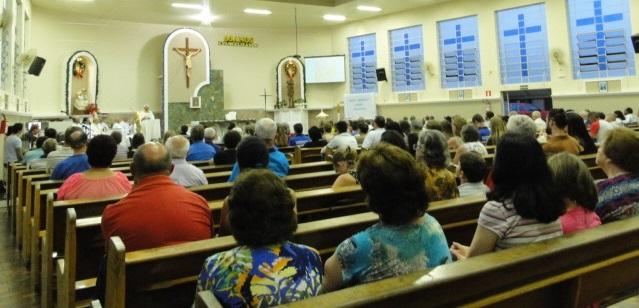 Fiéis presentes na missa, na Igreja São Cristóvão e Nossa Senhora da Salette.