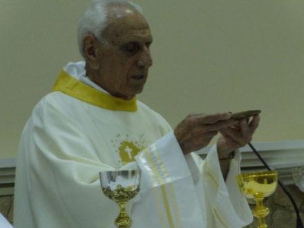 Padre Caime celebrando sua missa jubilar.