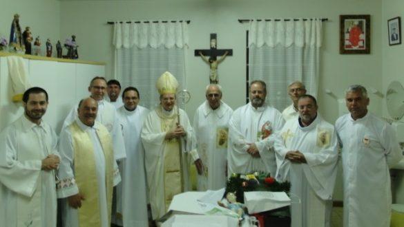 Dom Agenor, padres e ministros da eucaristia, junto com o jubilando na sacristia da Igreja, ao final da missa.